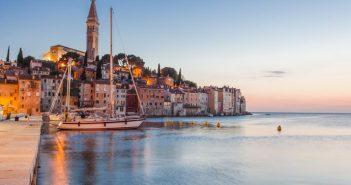 Europa, Kroatien, Istrien, Rovinj, Blick auf die Altstadtsilhouette von Obala Palih Boraca